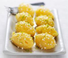 Tryffelägg med limesmak är roliga att göra och blir både vackra att se på och goda att äta till påsk. Äggen görs av vit choklad och vispgrädde och garneras förslagsvis med limeskal och sockerkulor.