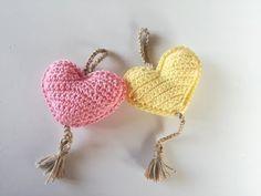 Llavero con forma de corazón a ganchillo o crochet - Crochet Baby Toys, Crochet Amigurumi Free Patterns, Crochet Food, Love Crochet, Crochet Gifts, Crochet Flowers, Freeform Crochet, Crochet Motif, Knit Crochet