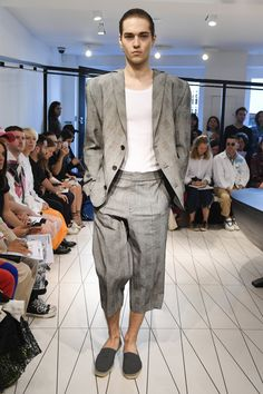 Chalayan Spring 2019 Menswear Fashion Show Collection: See the complete Chalayan Spring 2019 Menswear collection. Look 17