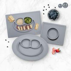@lekmer_se Nyhet: Bordsunderlägg från ezpz!  Bordsunderläggen från ezpz är producerade av högkvalitativ silikon som är helt fri från ftalater, BPA och PVC. Underläggen har en patenterad sugfunktion och suger sig fast vid bordet så att barnet inte kan välta eller lyfta den. Går att använda till både varm och kall mat. Bordstabletterna är stapelbara både med och utan mat i, perfekt för förvaring och vid servering av mat till flera barn samtidigt  Kan användas i diskmaskin, mikro och frys.