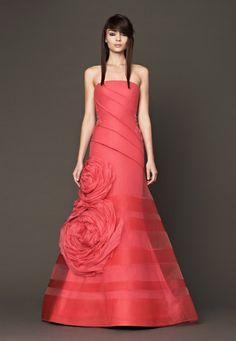 Rose giganti per l'abito color rosso corallo di Vera Wang (primavera 2014, modello Nanette)