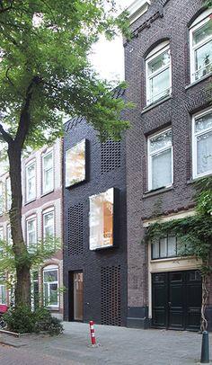 Érigée sur une étroite parcelle de 3,40m de largeur par 20m de profondeur située entre deux immeubles, la maison de Gwendolyn Huisman et Marijn Boterman redynamise un vieux quartier de Rotterdam datant du début XXe. Grâce à son revêtement de bri...