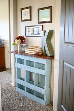 Coated in blue chalk paint and topped with a maple-stained board, Gina's free shipping pallet became a completely functional entryway piece. Learn more about this makeover.