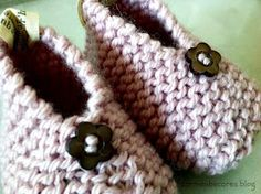 carmenbecares.blogspot.com: TUTORIAL. PATUCOS BEBE CON BOTÓN ( dos agujas). BABY BOOTIES. KNITTED TUTORIAL Crochet Mittens, Crochet Slippers, Baby Knitting Patterns, Free Knitting, Baby Booties, Baby Shoes, Diy Makeup, Make Up Organiser, Baby Shower Gifts