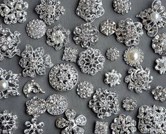 SALE 50 Assorted Rhinestone Button Brooch Embellishment Pearl Crystal Wedding Brooch Bouquet Invitation Cake Hair Comb BT549 sur Etsy, 29,72 €