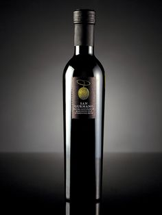 Again a simplistic design making sure the logo does not get lost in busy label. Very sleek looking bottle with no fuss.