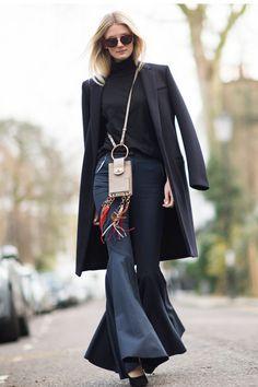 London Fashion Week street style - HarpersBAZAAR.co.uk, calça flare, boca sino, sobretudo, gola alta, bolsa a tiracolo, franjas, óculos escuros