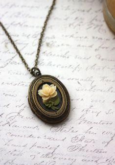 ♥´¨) ¸.•´ ¸.•*´¨) (¸. •´ ♥ ~ eine süße kleine Elfenbein rose Natur Garten antikisiert Medaillon Halskette. Eine kleine Elfenbein Harz, die rosa Blume