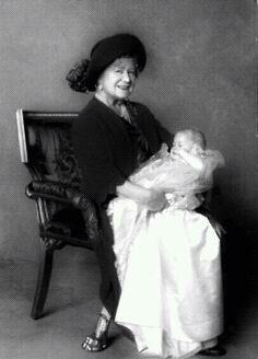 La reina Isabel del Reino Unido (reina madre) con su bisnieto el príncipe Harry de Gales en sus Brazos