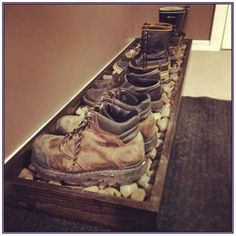 This might be a cool idea for in the house. Especially for work boots and dirty … - Flur ideen, organization ideas diy shoes This might be a cool idea for in the house. Especially for work boots and dirty … - Flur idee. Wooden Pallet Projects, Wooden Pallets, Pallet Ideas, Wooden Pallet Furniture, Pallet Mudroom Ideas, Diy Shoe Rack, Shoe Racks, Shoe Rack For Boots, Boot Rack