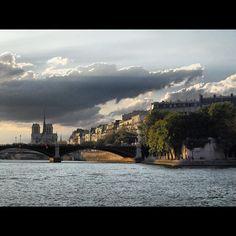 Au loin? #paris #notredame #france #francia #sena #seine #ciel #cielo #sky #nuages #nubes #clouds by ADPrietoPYC, via Flickr