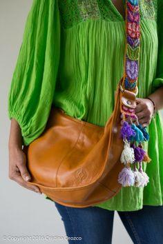 Expresar la permanencia de lo ancestral en el presente, creando colecciones limitadas y únicas. Bolsas artesanales con elementos artesanales de México y LA