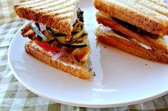 Sandwich met gegrilde aubergine, tomaat en u -- en yoghurt sausi