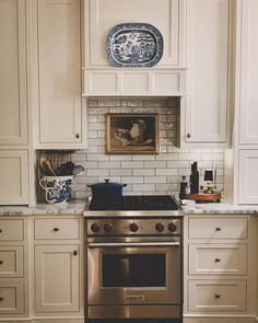 Paula   Town & Country House (@townandcountryhouse) • Instagram photos and videos Cottage Kitchens, Home Kitchens, New Kitchen, Kitchen Decor, Kitchen Ideas, Kitchen Inspiration, Kitchen Seating, Kitchen Hoods, Copper Kitchen