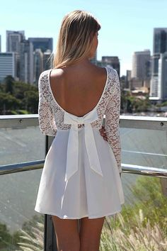 Vestido com Maga de Renda e Laço nas Costas que eu adorei! Veja essa e outros Vestidos Brancos aqui.
