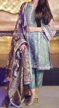 Beautiful Pakistani Dresses, Pakistani Formal Dresses, Pakistani Wedding Outfits, Pakistani Dress Design, Beautiful Dresses, Designer Party Wear Dresses, Indian Designer Outfits, Dress Indian Style, Indian Dresses