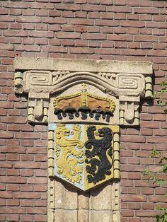 Wapen van de provincie Gelderland van Egidius Everaerts op de gevel van het voormalig kantoor Nijmeegsche Bankvereeniging Van Engelenburg & Schippers aan de Hertogstraat.