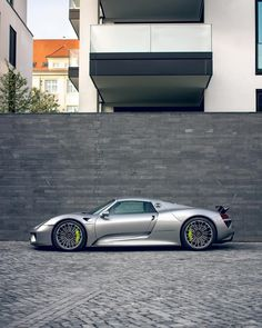 Only 918 units of this ultimate super sports car were built. Porsche Macan Turbo, Porsche Boxter, Porsche Cayenne Turbo, Porsche 550 Spyder, Carros Porsche, Porsche Cayman Gt4, Porsche Gt2 Rs, Porsche Autos, Porsche Cars