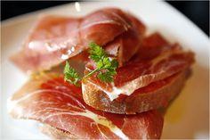 """Tan sencillo y tan exquisito a la vez. El clásico """"pa amb tomaca"""" que nos trae Cataluña es un manjar a cualquier hora del día."""