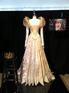 Ravenna Bridal Costume Snow White and the Huntsman-interview with Colleen Atwood, costume designer.