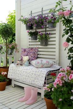 Zdjęcie: Wiszące doniczki na ażurowej sciance z drewna,biala skrzynia ze stelażem na doniczki z kwiatami,drewniana ławka ze skrzynią na balkon,ławka z pojemnikiem na balkon,ogrodowa ławka ze skrzynią na balkon i taras,drewniane meble ogrodowe,białe m
