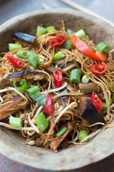 Snel succes: Thaise gebakken noedels met groenten (mee sua) - De Wereld op je Bord Thai Recipes, Asian Recipes, Healthy Recipes, Pasta Noodles, Wok, Tasty Dishes, Japchae, Food Porn, Veggies
