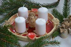 Adventní svícen Adventní svícen z hrubé šamotové hlíny...v přírodním stylu...s roztaveným červeným sklem ... průměr cca 21cm ...andílek není v ceně svícnu...lze jej ale dokoupit samostatně....a postavit si ho můžete buď do středu svícnu viz.foto nebo vedle na stůl...andílky mám k dostání ve více variantách ... svíčky nejsou součástí