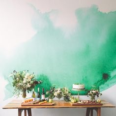 壁紙に大胆にグリーンの水彩絵の具でペイント。色は人の気分やムードに影響するというのはみさなんご存知だと思います。ウォーターカラーデザインを見えるところに配置したら気分も少し涼しくなるのでは?