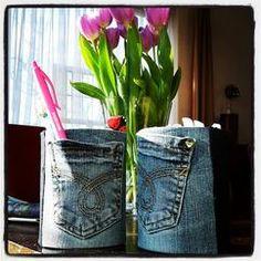 Pennen/viltstiften/prullaria-bakje!  Benodigdheden: Koffie-blik, oude jeans, dubbelzijdig tape en/of lijmpistool.  Stof op maat maken.  Van binnen vastplakken (randje van +/- 2cm. Onderkant de stof naar binnen vouwen. Desgewenst een rondje jeansstof erop plakken voor een mooiere afwerking.