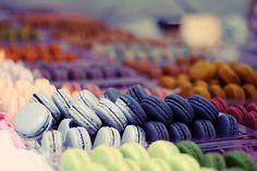 Des macarons @Katherine Adams Adams Rodriguez Ángel Encinas... omg i will rape this plate of macaroons