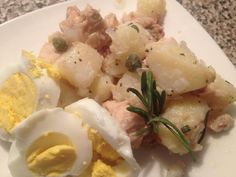 Going to Spain for a late breakfast today. My ancestors would be proud!  Cold potato salad, Spanish style. Boiled egg with boiled potatoes marinated overnight in the fridge with tuna (atún - bonito atlantico in olive oil), capers, lemon juice, black pepper, diced rosemary, chopped white onion and a tiny dash of himalayan salt.  This is so easy to prepare and SO good!  This would make a great tapas or appetizer, by the way. The portion is small.