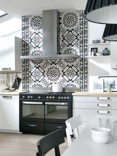 Una cocina en blanco y negro