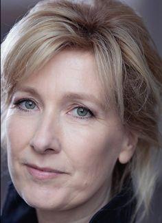 Ariane Schluter 01-02-1966 Nederlandse actrice. Schluter is tweevoudig winnares van de prestigieuze Theo d'Or toneelprijs (2003, 2004). Schluter is te zien als Lucia de B. in de gelijknamige film van Paula van der Oest, en speelde onder meer in films als Kleine Teun van Alex van Warmerdam en Terug naar de kust naar de thriller van Saskia Noort. in 2015 speelt zij de hoofdrol in de politieserie NoordZuid. https://youtu.be/SnzkjJtCSU0