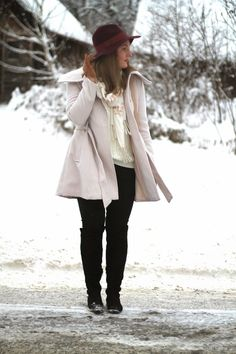 Simple winter Outfit with bordeaux Hat from Topshop, a white coat from Primark and a cross body Bag from Orsay and Overknees