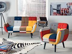 """Canapeaua """"Patchwork"""" se încadrează perfect într-un decor retro. Are cadru din lemn cu picioare negre și țesătură din bumbac imprimat."""