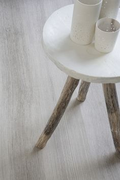 This warm and simple vinyl floor fits into any room. You can make him very … - Wohnaccessoires Vinyl Flooring, Scene, Canning, Simple, How To Make, Furniture, Home Decor, Blog, Dark Furniture