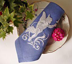 """Вышитая салфетка """"Легенды Греции. Amor"""" выполнена из льна красивого голубого цвета, украшена машинной вышивкой высококачественными полиэстровыми нитками немецких производителей.   Салфетки с рельефным Амурчиком чудесно подойдут для свадьбы, ведь Амур, он же Купидон — бог любви в древнеримской мифологии"""