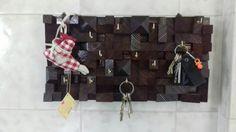 portachiavi in legno massello con inserti in mosaico e ganci in ottone forgiato..