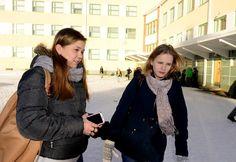 Suvi Halonen ja Elina Ruuska myöntävät, että puhelimen liiallinen käyttö on välillä ongelma. (Kuva: Riitta Kumpulainen)