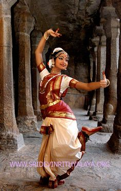 Bharatanatyam dance in Chennai - Bharata natyam Bh Belly Dancer Costumes, Belly Dancers, Indian Classical Dance, Dance Paintings, Exotic Dance, Dance Poses, Bollywood, Dance Fashion, Dance Pictures