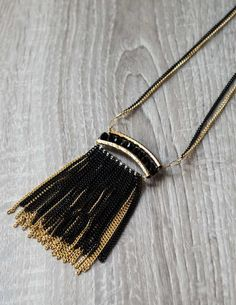 Night Out Necklace Μακρύ κολιέ από αλυσίδες σε χρυσή και μαύρη απόχρωση με μαύρα κρυσταλλάκια στο κέντρο του. 7,90 €