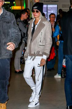 cara-delevingne-arriving-at-the-paris-charles-de-gaulle-airport-3-20-2017-1.jpg (1280×1920)