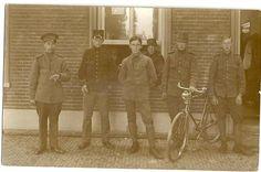 Links mijn vader tijdens de mobilisatie 14-18. De anderen zijn onbekend. Lokatie niet bekend maar mogelijk Oisterwijk. Foto ingestuurd door: Dhr. Dijkstra.