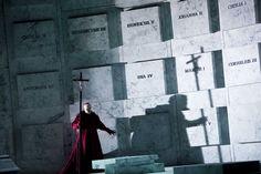 """""""Don Carlo"""" w reżyserii Willy'ego Deckera w Warszawie ze scenografią Wolfganga Gussmana"""