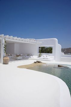 Love this clean and simpel all white garden and patio. Luxury Villa in Mykonos, Greece