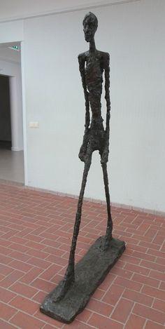 Hoge Veluwe - Museum Kröller-Müller. Alberto Giacometti (1901/1966) - 'l'Homme qui marche II' (brons 1960). Foto: G.J. Koppenaal - 30/8/2017.
