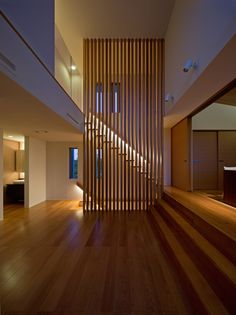 maison moderne: escalier droit et garde-corps en lamelles de bois