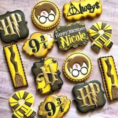 Where are my fellow Hufflepuffs at? 🙋🏼♀️💛🖤 Loving how this set turned out! I just need to do a Gryffindor set and then I… Harry Potter Desserts, Harry Potter Treats, Gateau Harry Potter, Harry Potter Birthday Cake, Harry Potter Bday, Harry Potter Food, Fun Cookies, Sugar Cookies, Book Cakes