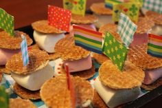 Needed: Mini stroopwafels, Marshmallows, Cocktail stick with fla Snacks Für Party, Party Treats, Party Cakes, School Birthday Treats, School Treats, Marshmallows, Party Catering, High Tea, Kids Meals
