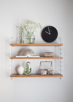 string shelf, string regal, pic by karina_s via solebich. Living Room Inspiration, Interior Inspiration, String Pocket, String Regal, String Shelf, Shelf Furniture, Style Deco, Diy Décoration, Home Living Room